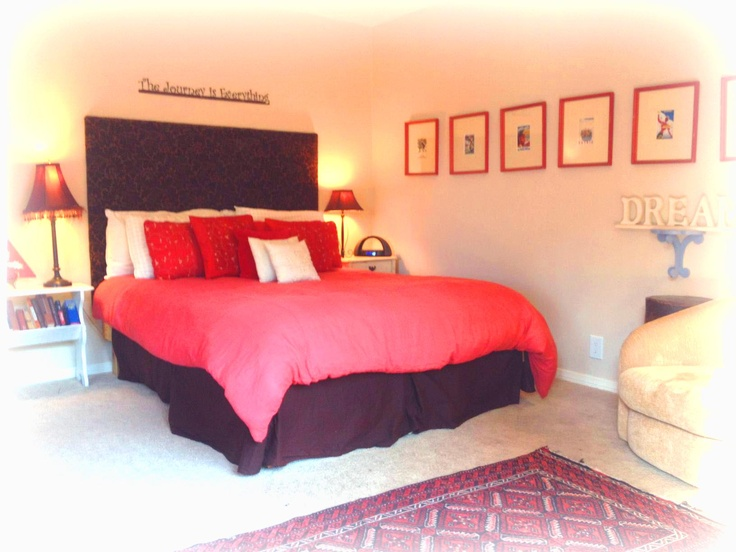 Cabin 39 S Spacious And Romantic Master Bedroom With Comfy Bed Reading Nook And View Of Mountains