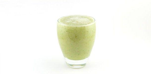 Komkommer-peer-limoen-munt : 1 komkommer, geschild 1 peer, klokhuis verwijderen 1 limoen, uitgeperst  optioneel: beetje gedroogde Spaanse peper  glas water  Deze komkommer peer limoen munt smoothie is een licht groene smoothie. Het overgrote deel is groente (de komkommer) en daarnaast helpt de limoen ook mee tegen verzuring van je lichaam.