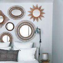 Un mélange de miroirs sur un mur pastel