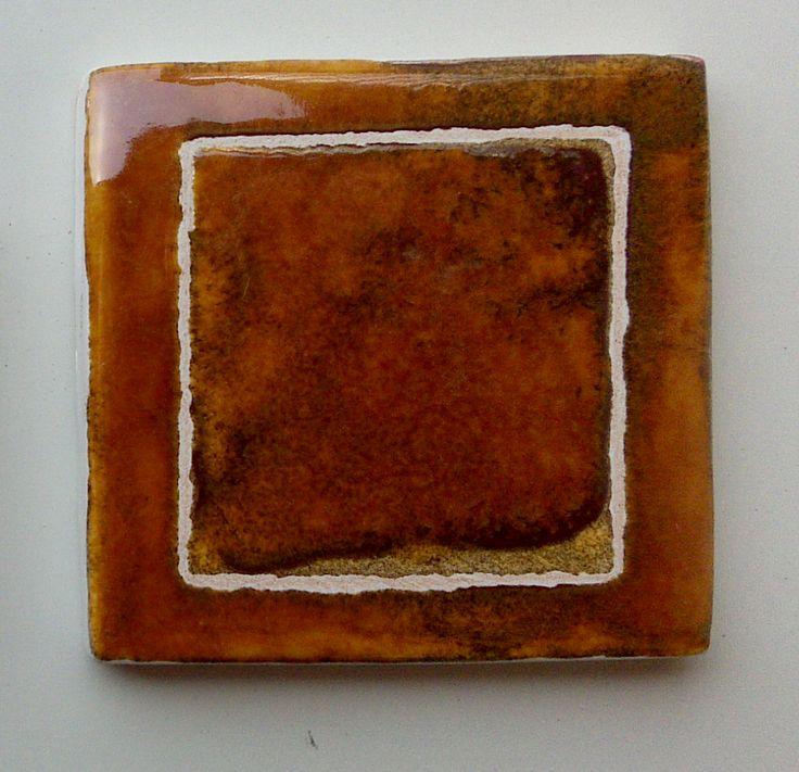 7x7cm - Esmaltado a mano. Nos recuerda a la crema tostada, ¿a vosotros no?