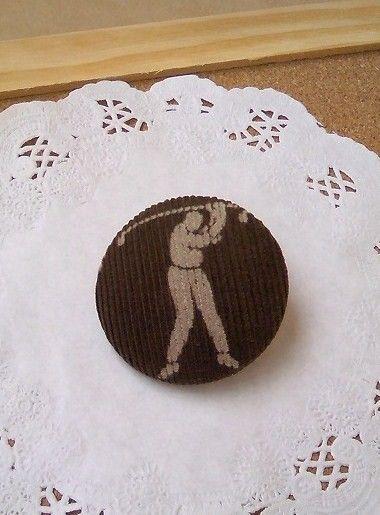 コーデュロイのくるみボタンのピンバッチ♪ゴルフをしている人の柄がステキです(^-^)いつも着ている洋服、いつも持ち歩いているバッグ、いつもかぶっている帽子&h... ハンドメイド、手作り、手仕事品の通販・販売・購入ならCreema。