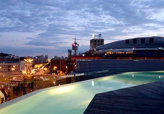Moderne hotel i det centrale Barcelona med udsigt over byen fra swimmingpoolen på taget