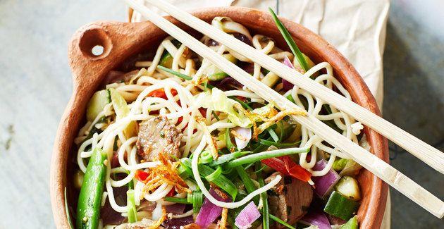 Maak van de maandag een balansdag. Deze Koreaanse noedels zitten bomvol vitamines en bevatten ook nog eens weinig calorieën.