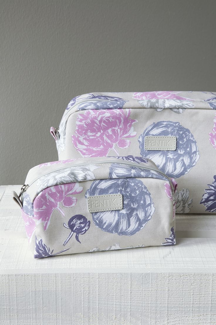 Pentik Laura Toilet Bag |  Beautiful, flower-printed Laura make-up bag carries all the make-up you need during the day. The material of the bag is laminated canvas and its interior is made of nylon.