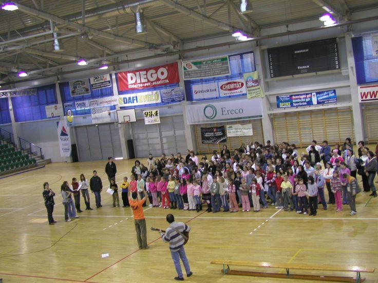 A KözépPont Kórus 1. adventi koncertjének főpróbája a Dabasi Sportcsrnokban