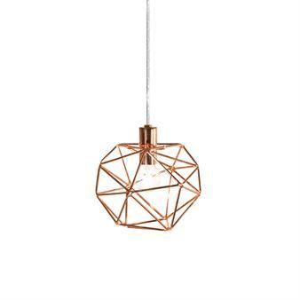 Ge ditt hem en lyxig touch med Diamond fönsterlampa från Globen Lighting designad av Patrick Hall. Lampan är tillverkad av lackerade metallstänger formad som en diamant och sprider ett varmt och välkomnande sken när den är tänd. Fönsterlampan passar in i de flesta rum och är enkel att mixa och matcha med andra stilsäkra produkter från Globen Lighting! Välj mellan olika färger.