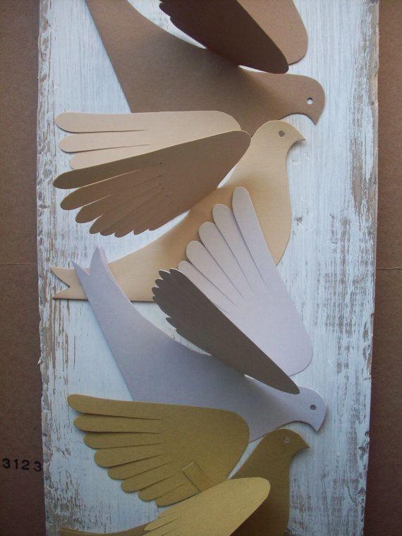 Muy pájaro-como de papel! Cada ave es corte de cartulina doblada. Cinco naturales colores y dos tonos de marrón, dos de color gris y un verde amarillento. Las alas doblan cualquier forma que quieras. Un lazo colgante de papel se pega entre las alas. Colgar con cadena, cinta o línea de
