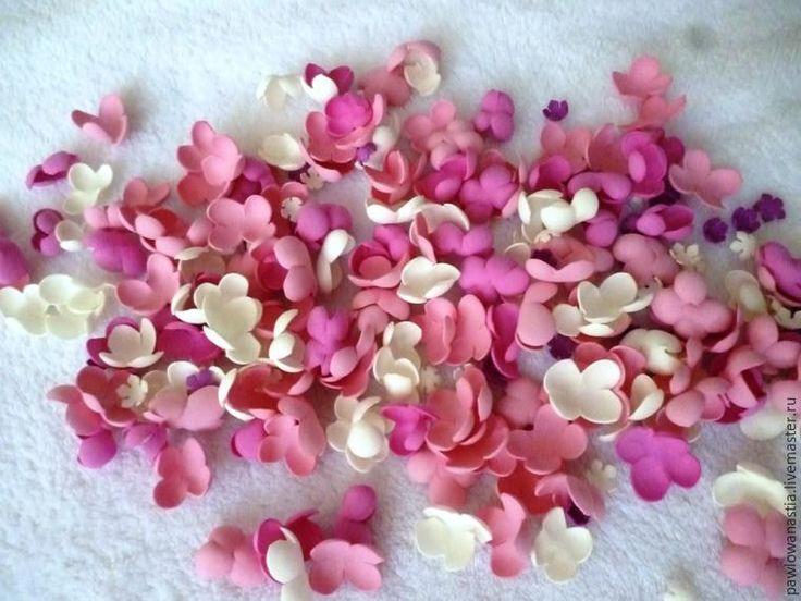 Сегодня я расскажу, как сделать веточку сирени из фоамирана. Сама работа довольно проста, но она требует усидчивости. Для работы нам понадобится: фоамиран четырёх цветов (пурпурный, фуксия, розовый, белый); тычинки для цветов; флористическая проволока №19 и 28; тейп-лента; ножницы маникюрные; термо-пистолет; самозатвердевающая полимерная глина; иголка.