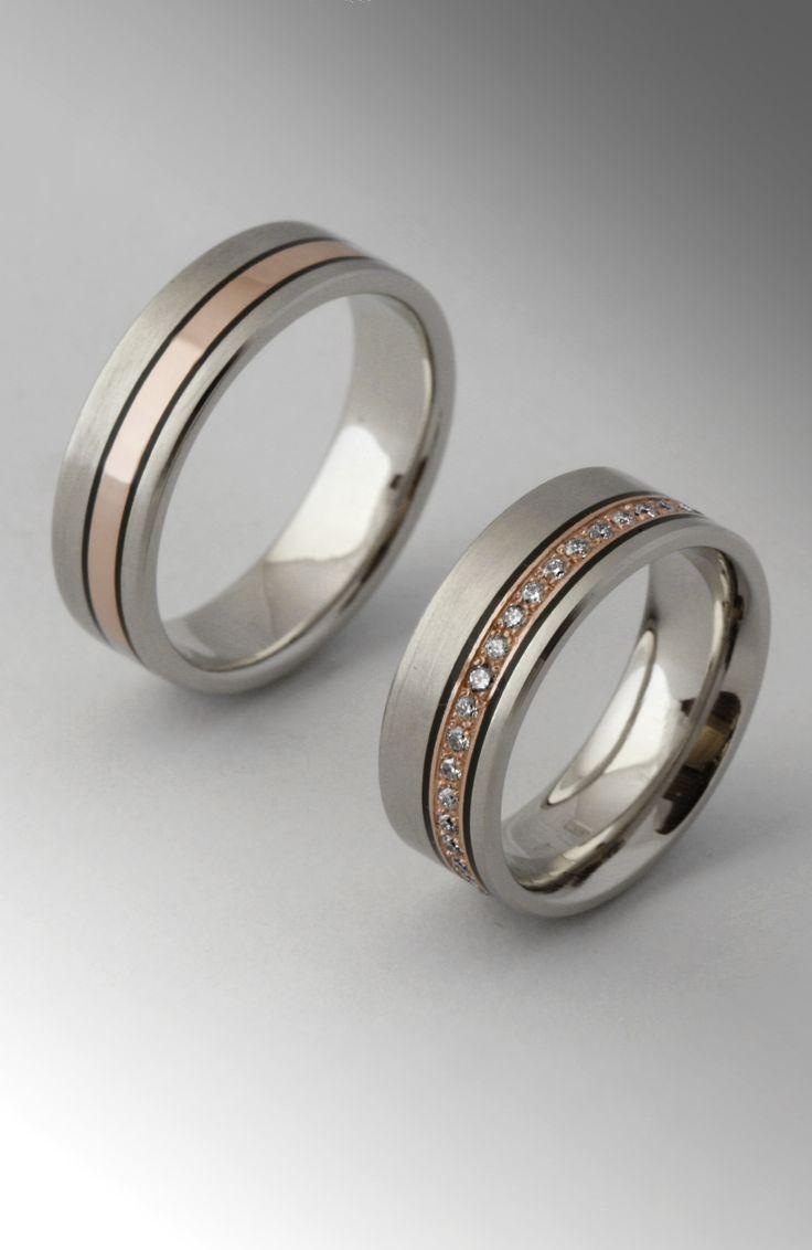 Titán + rozé arany és persze gyémántok. A tapasztalatom az, hogy aki titán gyűrűt szeretne, egyszerűségre törekszik. Egyet is értek ezzel a törekvéssel, de teljesen üresen dísztelenül hagyni sem szerencsés. A díszítés egyik egyszerű és látványos módja a csík a gyűrűbe. Erre sok megoldás létezik. Lehet saját anyaga, két metszett vonal között. Lehet eltérő felület kidolgozással, fényes sáv mattított felületek között. Esetleg lehet egy színes csík a gyűrűben.