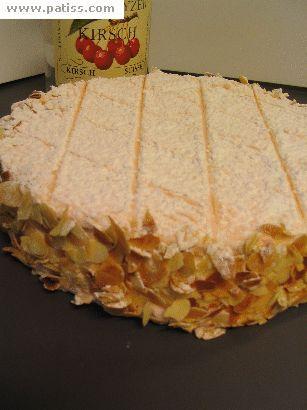 Tourte au kirsh de Zoug - Suisse - composé de génoise, de meringue aux amandes et de crème au beurre aromatisée au kirsch. Elle est généralement recouverte d'un glaçage rose et de sucre glace.
