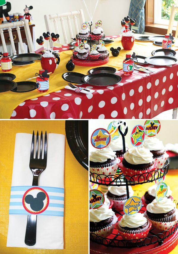 Сервировка стола на день рождения: 55 вдохновляющих идей для незабываемого праздника http://happymodern.ru/krasivaya-servirovka-stola-55-foto-zalog-uspeshnogo-dnya-rozhdeniya/ Кейк-топперы, леденцы, пирожные и конфеты с Микки Маусом, как на фото - веселый и яркий готовый декор для детского праздника