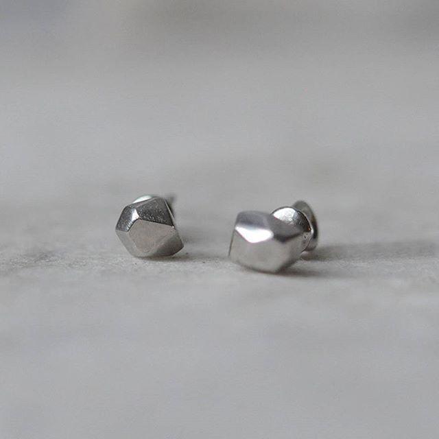 Серьги-пуссеты на закрутках в наличии. серебро 925, белый и черный родий 3500firmasmog
