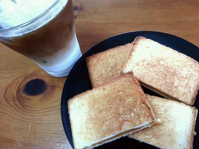 kaya toast is high calorie!!! but...cannot stop to eat. 'cause it's yummy~  シンガポールで有名なカヤトースト サンドイッチ用のパンをトーストしてカヤジャムを塗り、その上に有塩バターの薄切りを乗せて完成!!! バターの塩気とココナッツの香りがクセになるけど・・・相当高カロリーな1品。  싱가포르에서 유면한 아침식사에요. 쉽게 만들 수 있고 맛었어요~ 근데...  칼로리가 너무나도 높아서 매일 못 먹어요. - 6件のもぐもぐ - Singapore style Breakfast   kaya toast & coconut latte by Alley Cat