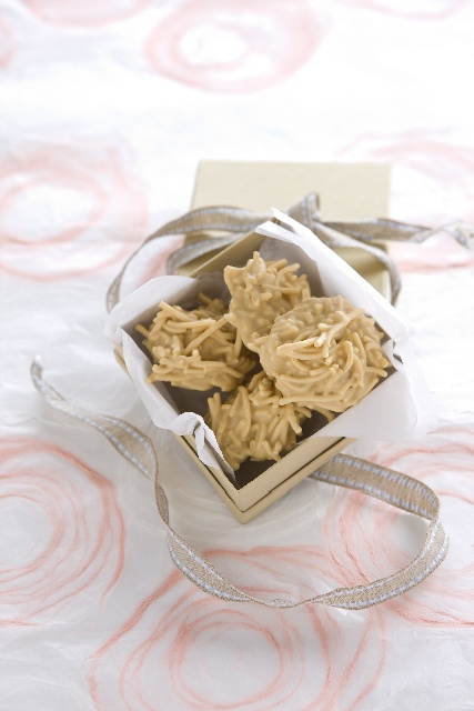 WHITE CHOCOLATE SPIDERS ... SO incredibly easy and made with just 3 ingredients! Ask us over at www.facebook.com/4ingredientspage what they are!