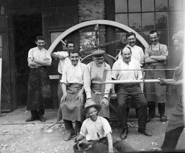 Munkások tréfálkoznak (1930) - Forrás: fortepan.hu
