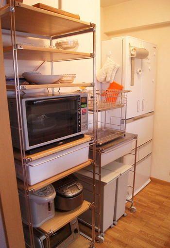 コンパクトにキッチン家電を全部まとめて収納しています。  棚板の位置を調整して、ぴったり収まるように工夫されていますね。