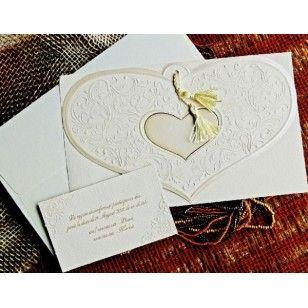 Invitatii nunta deosebite, model 2013 realizate din carton crem avand partea de sus in forma de inimioara acesorizata cu un canaf auriu.
