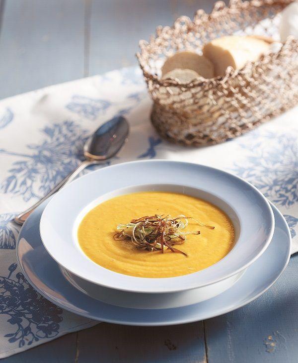 Ηκαροτόσουπα εκτός από πολύ νόστιμο πρώτο πιάτο, είναι και μία από τις πιο υγιεινές προτάσεις για ελαφρύ και χορταστικό γεύμα. Την αρωματίζετε με κάρι και τη σερβίρετε με τηγανητά πράσα που της δίνουν μία διαφορετική γευστική πινελιά.