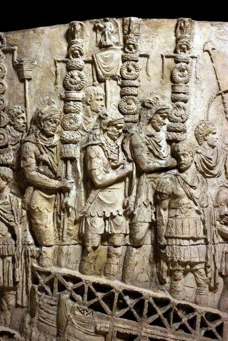 """Detail from Trajan's Column in Rome (101-106 AD).- ANNEE 55 av JC: Germains et Bretons, 2) Traversée du RHIN, 3: En plus les UBIENS, seul peuple d'outre-Rhin a être """"ami des Romains"""", en appellent à César contre les SUEVES de plus en plus entreprenants. Le proconsul ayant décidé pour toutes ces raisons de traverser le fleuve, fait construire un pont sur le Rhin, le 1° de l'histoire selon Suétone."""
