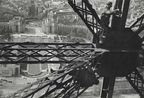 Peintres, Tour Eiffel, Paris, 1953, Marc Riboud Paris, Centre Pompidou - Musée national d'art moderne - Centre de création industrielle