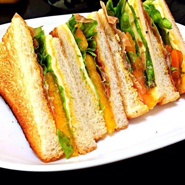 柿の甘みとプロシュートとチーズの塩気とアイオリソースのニンニクがいい感じ!アイオリソースを作るのが面倒ならマヨネーズにニンニクをちょっとすりおろして!まぁ〜ニンニクが嫌なら普通のマヨネーズで!(^O^)/ - 251件のもぐもぐ - 柿と生ハムの秋サンドイッチ by shikano
