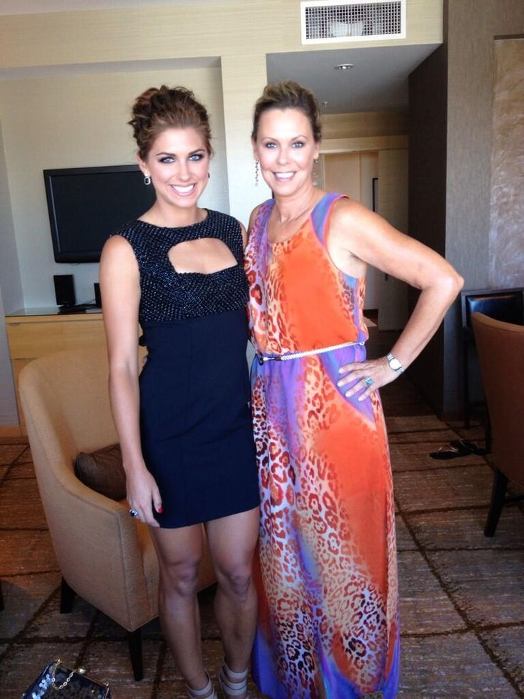 Alex Morgan and her mom attend the 2013 ESPYs. (Twitter)