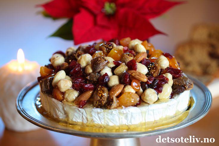 En kremete, fransk Brie, tørkede julefrukter og flytende honning = en fantastisk kombinasjon! Serveres med baguetter i skiver eller hjemmelaget Fikenkake med kanel, som jeg har gjort her.