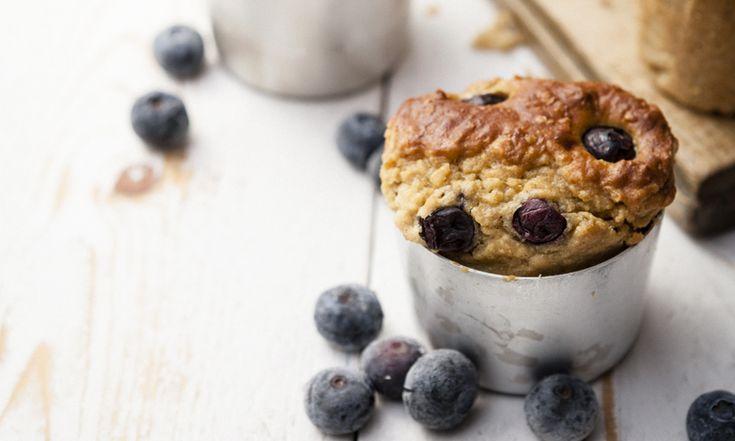 Muffin havermout-bosbessen -  Wie had dat gedacht: aan de lijn en toch lekker een muffin eten. Een havermout-bosbessen muffin welteverstaan. Eet smakelijk! DIT IS HET DAGMENU VAN VRIJDAG 10 JULI Ontbijt: Magere kwark met aardbeien en 1 el gebroken lijnzaad Tussendoor: snoepgroenten Lunch: havermout-bosbessen muffin Nodig (voor 4 muffins): 150 g zuivelspread light 2 eieren 2 el boekweitmeel…