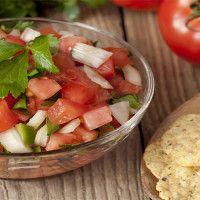 """""""PICO DE GALLO"""" ngredientes:  3 tomates medianos, finamente picados 1/4  de taza de cilantro picado 1/3 de taza de cebollas picadas 4 cucharadas de jugo de limón 1/4 de cucharadita de sal Tortilla """"chips"""" (nachos) horneados , bajos en grasa Tiempo de preparación: 10 min  Número de porciones: 4  blogesp.diabetv.com"""