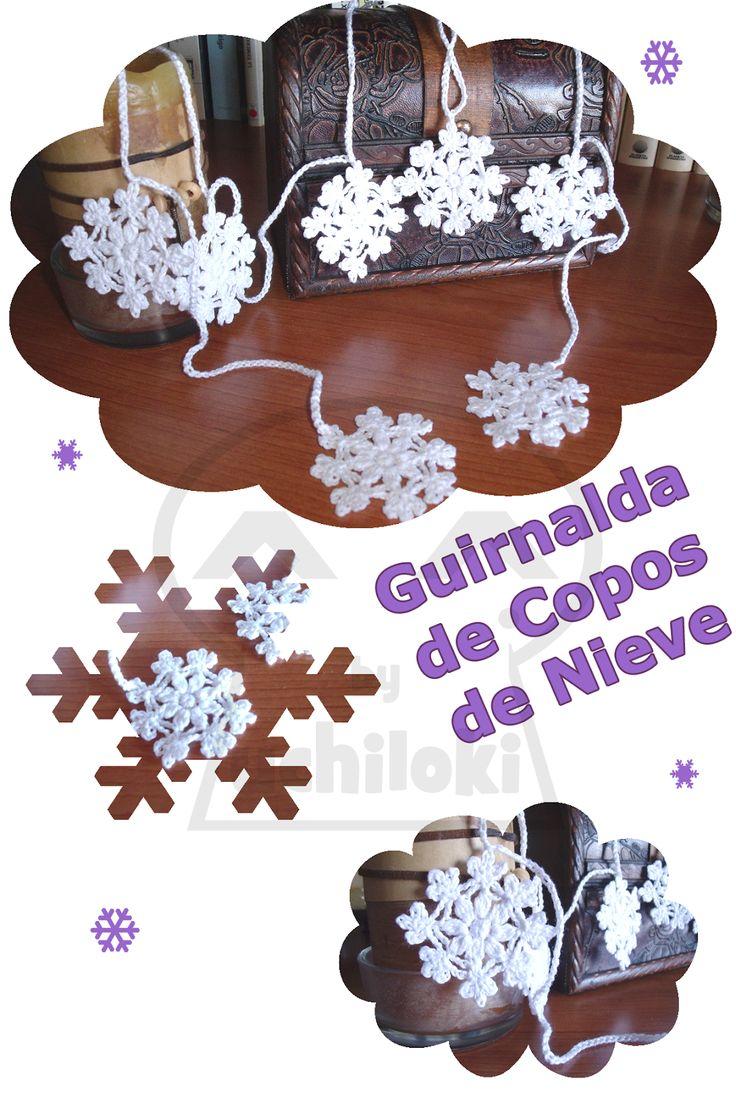By Uchiloki producción propia : Crocheted Christmas: Snowflake Garland Guirnalda de copos de nieve .Esta guirnalda está realizada en hilo de algodón 100% con la técnica de crochet. Mide 1.70 metros de longitud y está compuesta por 10 copos de nieve de 5 cm de diámetro cada uno.  Recomendamos apilar los copos y en los bucles que forma la cadeneta poner un lazo o cuerda alrededor para que no se hagan nudos al guardarlos y, además, así ocuparán poco espacio.