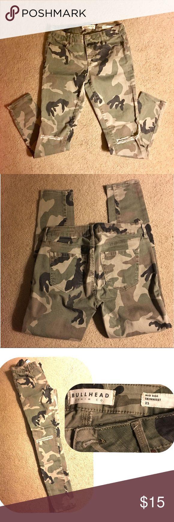 Camouflage skinny jeans Bullhead Skinny camo print jeans size 25 (waist)  with distressed slashed knees. Bullhead Jeans Skinny