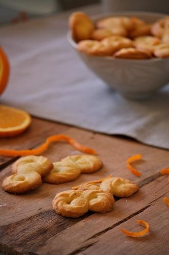 Biscotti di polenta all'arancia #Ingredienti 125 gr di burro molto morbido 80 gr di zucchero semolato 1 cucchiaino di acqua di fiori di arancio 1 arancia non trattata 2 uova 165 g di farina 00 80 gr di farina di mais (da polenta) #arancia #polenta #ricetta