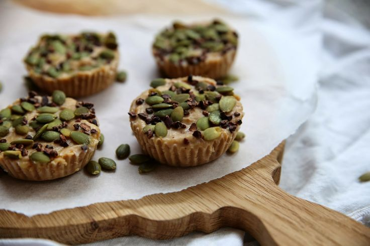 petite kitchen: RAW PEANUT BUTTER AND HONEY FUDGE TARTS  Can add 2tbsp of cacao powder and use pistachios on top instead