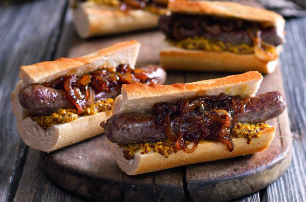 Hot dog s karamelizovanou cibulkou