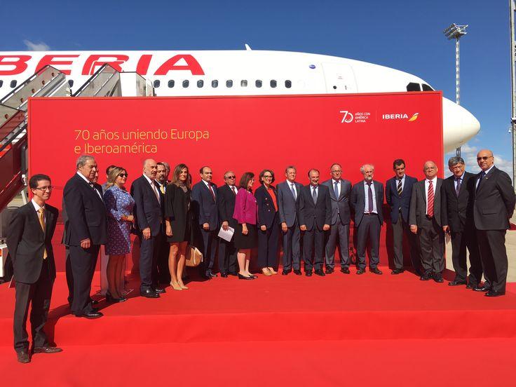 """Los embajadores de los países latinoamericanos a los que volamos y Rebeca Grynspan, secretaria de la Secretaría General Iberoamericana, presentaron el A330 """"Iberioamérica"""" en el aeropuerto de Madrid-Barajas."""