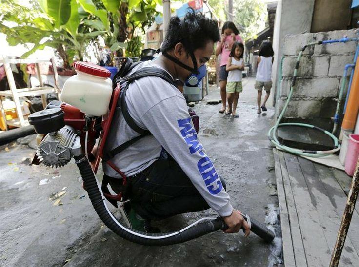 Agente de saúde higieniza cantos com água parada pelas ruas de Manila, capital das Filipinas, para conter a proliferação do vírus da dengue. Incidência de casos no país caiu 41% em comparação o ano passado - http://epoca.globo.com/tempo/fotos/2014/04/fotos-do-dia-1-de-abril-de-2014.html (Foto: EFE/Dennis M. Sabangan)