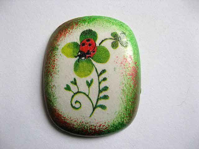 #Magnet cu #buburuza pe #trifoi cu patru #foi, #decoratiune magnet #frigider.Produs #lucrat #manual decoratiune pentru #casa si #gradina. Magnet din #ipsos. #Culori: #rosu, #negru, #verde si #vernil pe un #fundal #gri si rosu cu verde. http://handmade.luxdesign28.ro/produs/magnet-cu-buburuza-pe-trifoi-cu-patru-foi-decoratiune-magnet-frigider-24397/