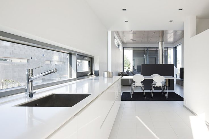 Ikkuna tason edessä tuo valon keittiöön. Kivitalojen mahdollisuuksiin lisää ideoita www.lammi-kivitalot.fi