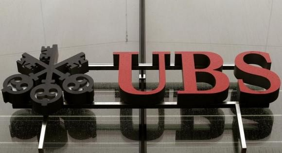 Raindrops cover the logo of Swiss bank UBS at an office building in Zurich July 29, 2014. REUTERS/Arnd Wiegmann