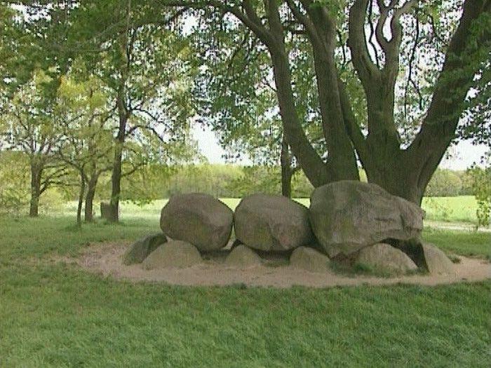 In Drenthe zie je vaak grote hopen met stenen: de hunebedden. Ze liggen daar al duizenden jaren. Waarschijnlijk waren het de graven van belangrijke mensen uit het dorp. We weten het alleen niet zeker.