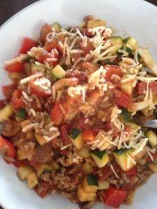 Mijn Italiaanse pasta maaltijd! Super lekker. Pasta, gehakt, veel groente (courget, punt paprika en kastanje champignons) beetje uit en chorizo worst. Recept komt binnenkort op mijn blog!