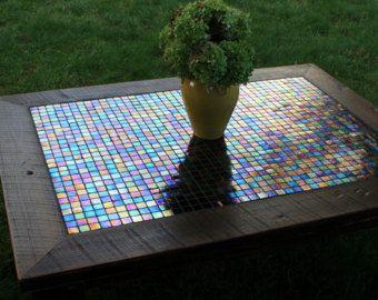 • Esta mesa de centro cuadrada grande es una mezcla de antigüedad con un toque moderno que hace una Unión irresistible. La madera reciclada 100 años es el telón de fondo para un centro de mesa de mosaico más moderno. La madera recuperada ha sido mano acabado a una superficie lisa de color marrón oscurezca, mientras que el pedazo de centro del mosaico es un hermoso popurrí de colores (incluidos los rojos, verdes, naranjas y cremas), una participación muy y mezcla festiva en una lechada de…