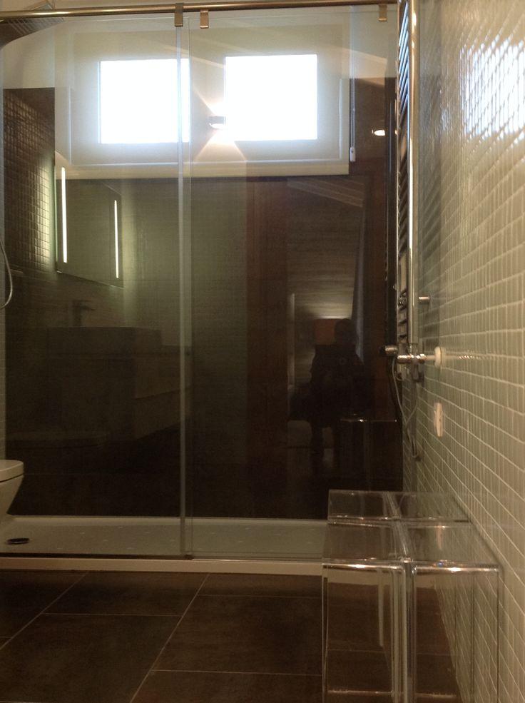 Zona de la ducha, donde subí el suelo de pizarra en la zona frontal. El resto van las paredes revestidas con HISBALIT en blanco.