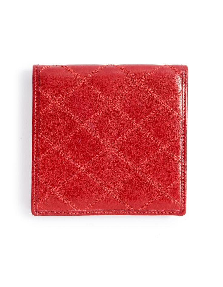 CHANEL Portefeuille pliant en cuir agneau matelassé rouge  Intérieur faisant porte cartes, porte-monnaie. Très bon état. Adjugé: 100 €