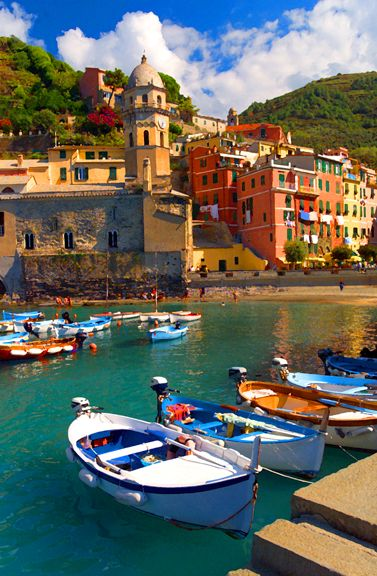 To travel to Cinque Terre, Vernazza in Italy: a hike between villages on cliffs above raging seas between vines and olive trees.