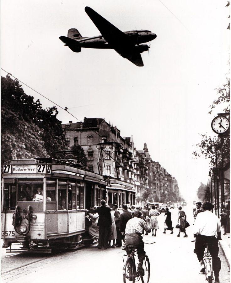 BERLIN, Luftbruecke der westlichen Alliierten während der Berlin-Blockade durch die sowjetische Besatzungsmacht (24. Juni 1948 bis 12. Mai 1949). Auch nach Ende der Blockade gingen die Versorgungsflüge zunächst weiter. Am 27. August 1949 wurde die Luftbrücke schließlich offiziell beendet.