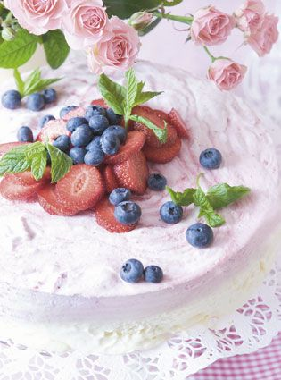 Lagkage med jordbærmousse og hvid chokolademousse