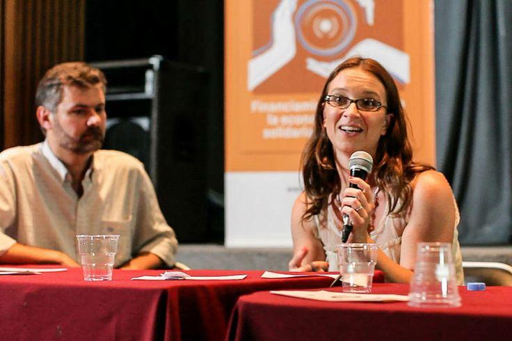 Stephanie Lelaurin reflexiona y compromete al público a participar en la construcción de este camino hacia las finanzas alternativas.