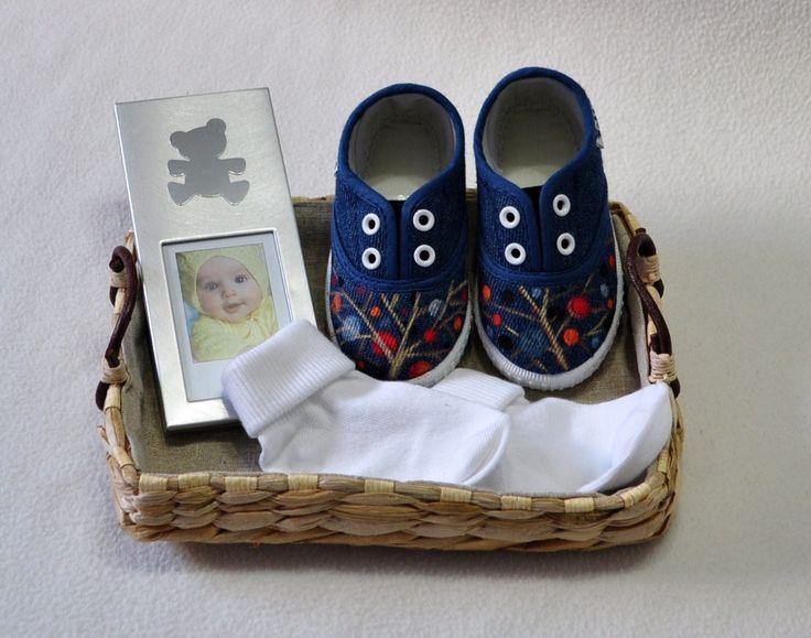 Canastilla nº2: Zapatillas+maco de fotos+calcetines+cesta.