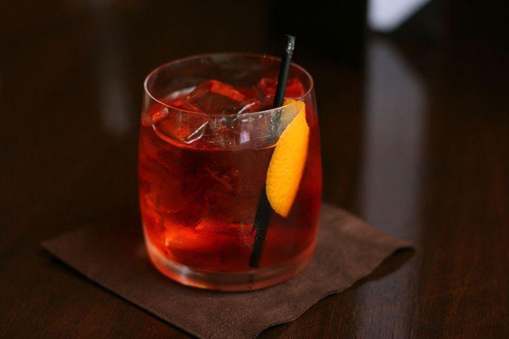 Dé cocktail van nu is de Negroni, gemaakt met Campari, rode vermouth en gin – en vaak geserveerd met sinaasappelschil. James Bond dronk 'm,Anthony Bourdain is er dol op, en nu worden ze geserveerd in de nieuwe hippe cocktailtent Mercato Campari in Amsterdam. De precieze herkomst van dit drankje is onbekend, maar er wordt beweerd […]